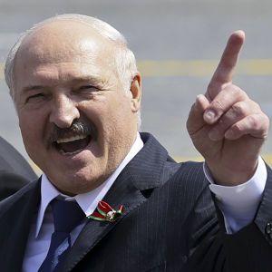 """""""На коліна я не стану"""": Лукашенко заявив, що не поступиться своїм опонентам"""