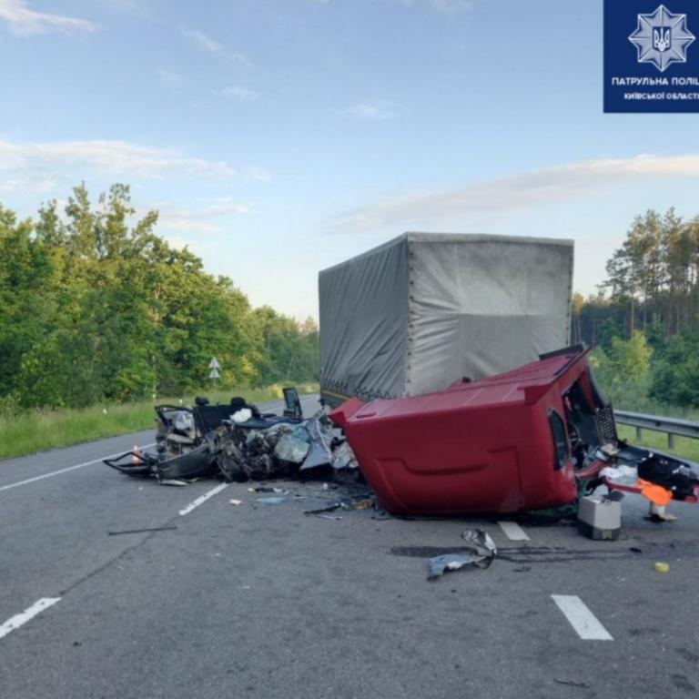 В Киевской области столкнулись грузовик и легковушка: есть погибший