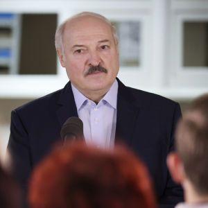 """Лукашенко заявил, что сообщение о """"минировании"""" Ryanair поступило из Швейцарии"""