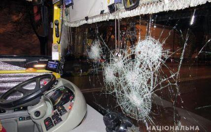 У Києві біля Лаври двоє хлопців розбили скло у тролейбусі, а потім побили водія і перехожого через зауваження