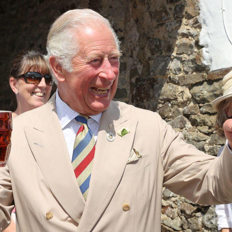 Веселый и с бокалом пива: принца Чарльза запечатлели в пабе