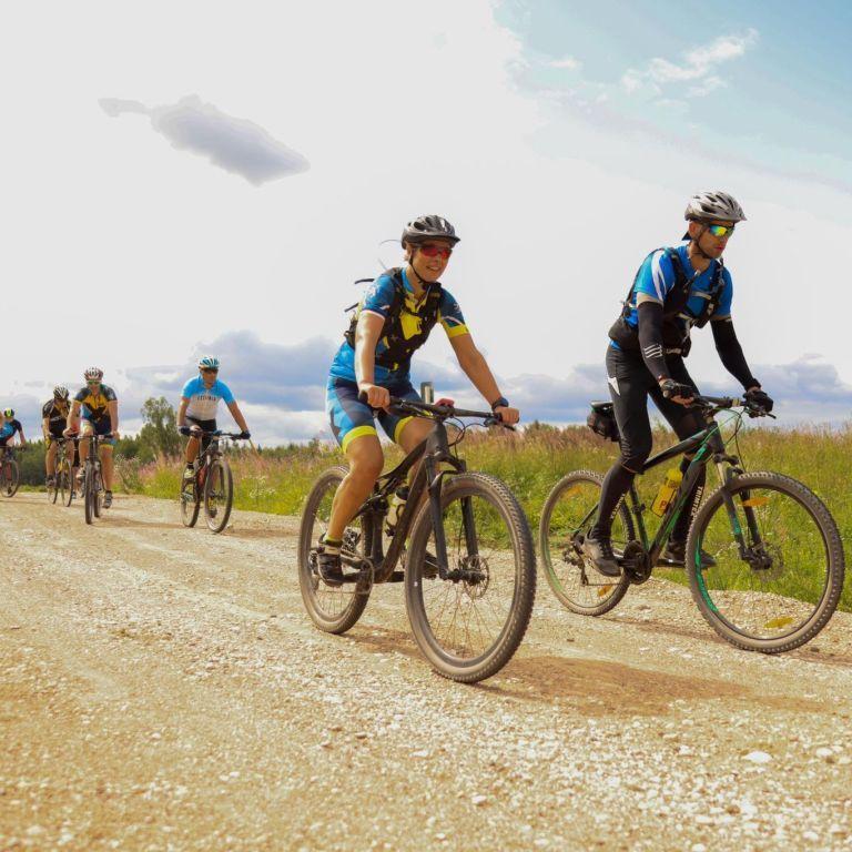 Президент Эстонии патрулировала границу с Россией на велосипеде (ФОТО)
