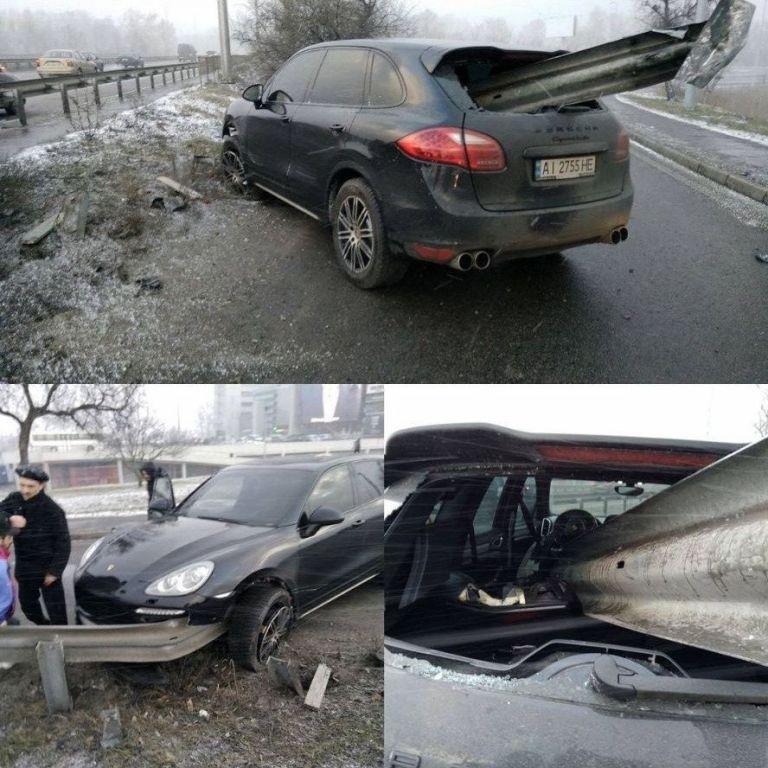 В Киеве водитель Porsche на большой скорости влетел в отбойник