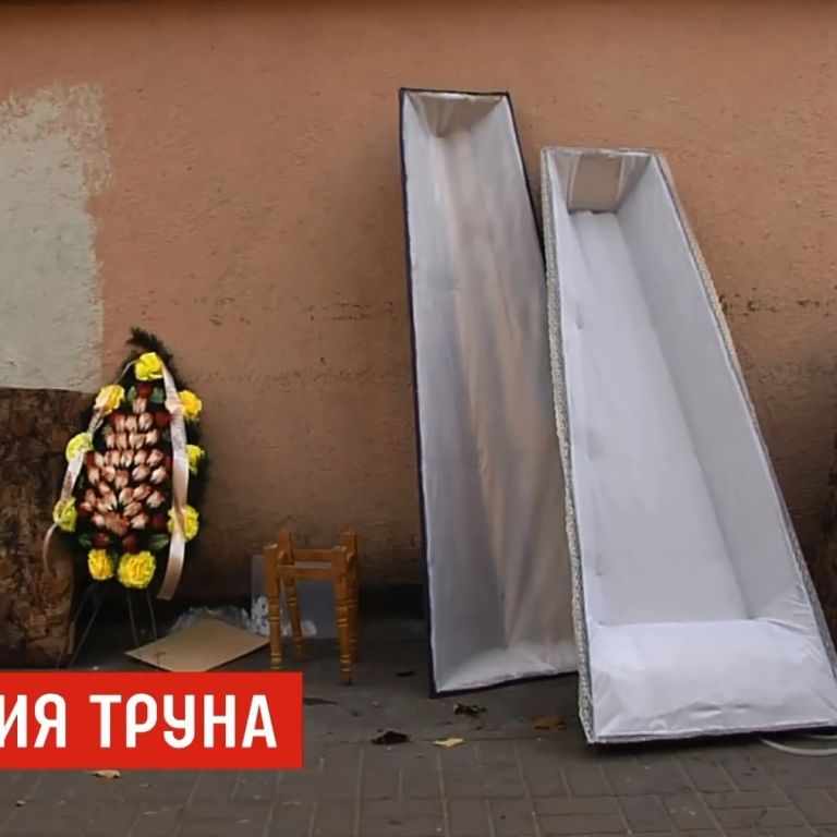 """""""Передумав помирати"""": у Києві викинули на смітник нову труну та іменний вінок"""