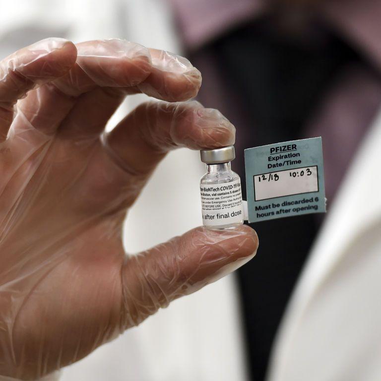 В Нью-Йорке медработника госпитализировали после прививки вакциной от коронавируса Pfizer и BioNTech