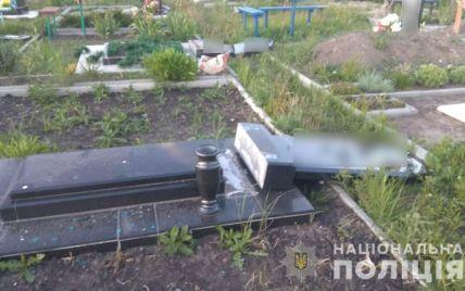 В Харьковской области маленькие дети повредили 13 надгробий на кладбище
