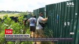 Новини України: київські активісти демонтували частину паркану навколо озера Вирлиця
