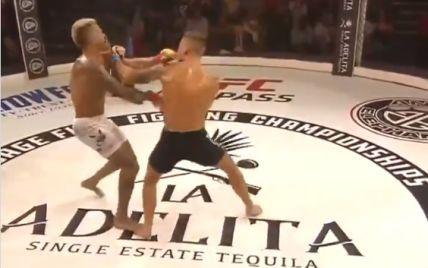 """Вбивчий нокаут: американський боєць """"вирубив"""" суперника надпотужним ударом у щелепу (відео)"""