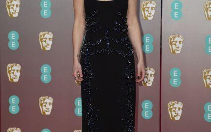 В элегантном платье и с сапфирами в ушах: Эмилия Кларк на красной дорожке BAFTA