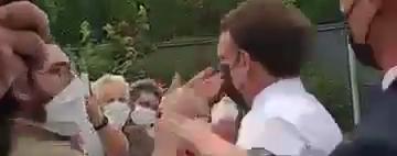 Мужчина дал пощечину президенту Франции Макрону: видео момента