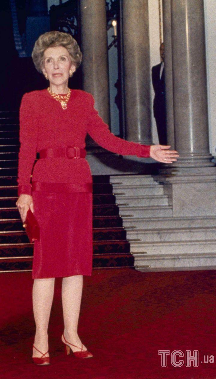 Королева Єлизавета II разом з президентом США Рональдом Рейганом і першої леді Ненсі Рейган в Букінгемському палаці в Лондоні 2 червня 1988 року. / © Associated Press
