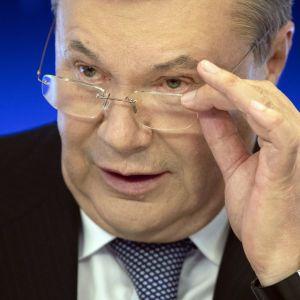 Януковичу и двум экс-министрам обороны сообщили о подозрении в госизмене