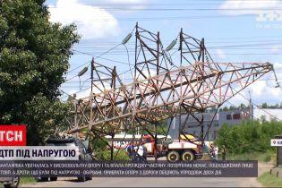Новини України: у Києві вантажівка увігналась у високовольтну опору, і та впала на проїжджу частину