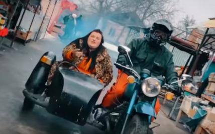 В леопардовой шубе и в коляске мотоцикла: рэп-исполнительница alyona alyona переехала в столицу