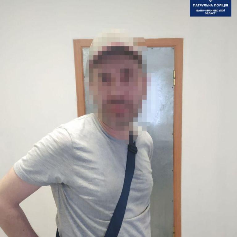 В центре Ивано-Франковска мужчина бросался на прохожих с ножом: фото