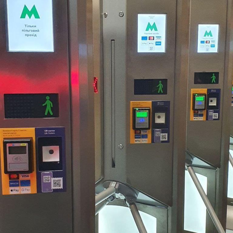 У метро Києва заявили про технічний збій: термінали досі не працюють