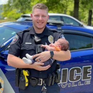 У США коп-новачок врятував немовля від задухи і став героєм Мережі: відео