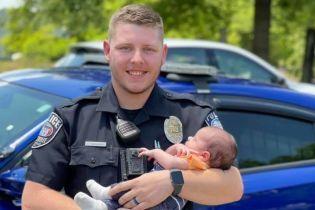 В США коп-новичок спас младенца от удушья и стал героем Сети: видео