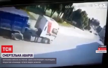 На Львовщине грузовая фура врезалась в магазин, погибли трое человек: подробности с места трагедии