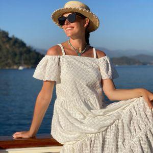 У білій сукні і капелюсі: вагітна Катя Осадча опублікувала красиві фото на яхті