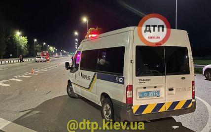 Под Киевом столкнулись два автомобиля: в ДТП погиб военный, много пострадавших (фото)