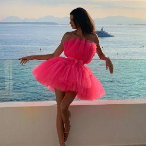 В розовом мини: Кендалл Дженнер изящно позировала на фоне моря