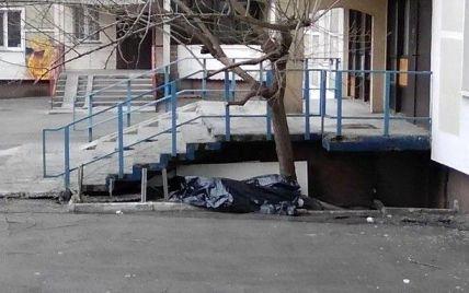 У Києві з вікна багатоповерхівки випала жінка