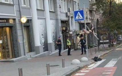 В Киеве девушка устроила стриптиз на дорожном знаке (видео)