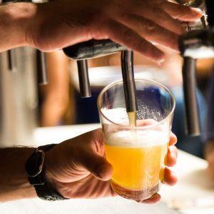 Вчені дізналися, чому алкоголь робить людей незграбними і повільними