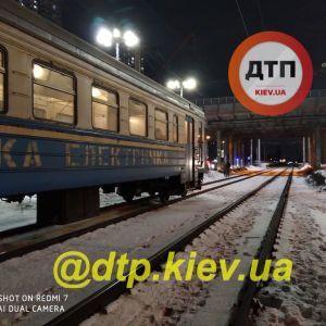 Перебегал железнодорожные пути: в Киеве электричка насмерть сбила несовершеннолетнего