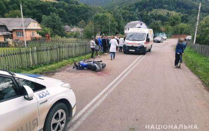 На Прикарпатті 16-річний мотоцикліст збив двох неповнолітніх дівчат: усіх госпіталізували (фото)