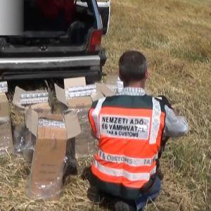 Сигарети падали просто з неба: в Угорщині затримали українців, які скидали контрабанду з парашутом