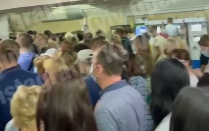 Церковний одяг і масажер для ніг: що забувають пасажири у метро Києва