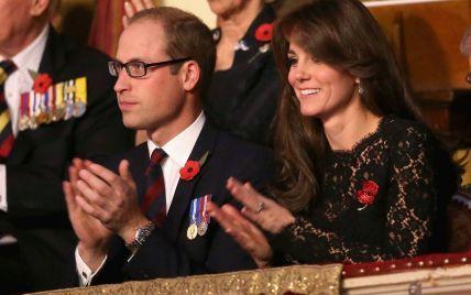 Герцогиня Кембриджская на День памяти в Великобритании пришла в кружевном платье от Dolce & Gabbana