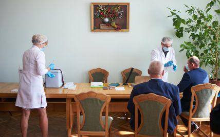 В Івано-Франківську депутатів міськради вакцинували просто під час сесії