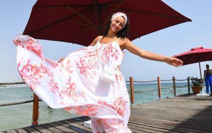 Илона Гвоздева в коричневом бикини игриво поплескалась в море
