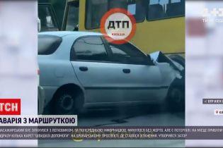 Новини України: у Києві пасажирський бус не розминувся з легковиком