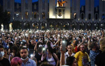 Тисячі людей у центрі Тбілісі вимагають відставки влади через смерть побитого гомофобами телеоператора