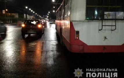 У Луцьку авто збило водія тролейбуса, який усував несправності