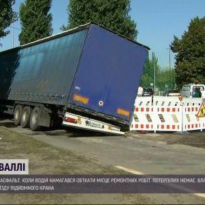 В Киеве нагруженная фура частично провалился под асфальт