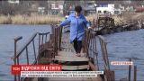 Мешканці села на Дніпропетровщині ризикують життям користуючись розтрощеним мостом