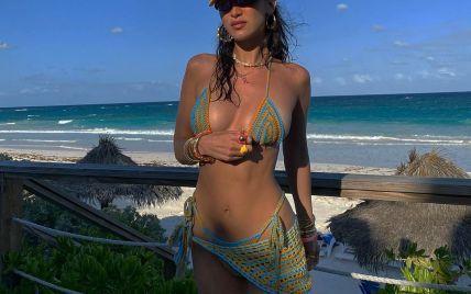 У стрингах і в'язаному ліфі: Белла Хадід на пляжній прогулянці