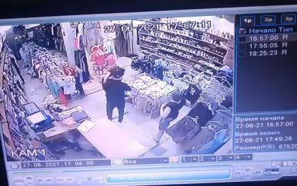 У Запоріжжі чоловік увірвався до магазину і побив свою колишню і її колегу  (відео)