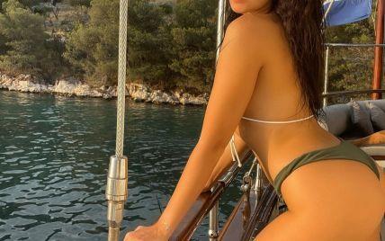 В бикини с пайетками: Настя Каменских сексуально позировала на яхте