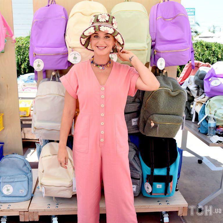 У кумедній панамці і комбінезоні: Кеті Перрі в яскравому образі відвідала захід
