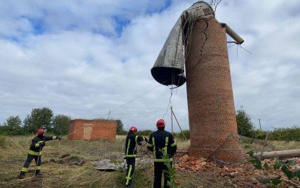 Біля Луцька від сильних поривів вітру обвалилася водонапірна вежа: село залишилось без води (фото)