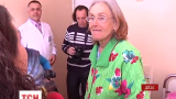 Старейшая украинская мать просит с ребенком милостыню на улице