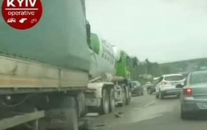 Під Києвом дві вантажівки розчавили легковик