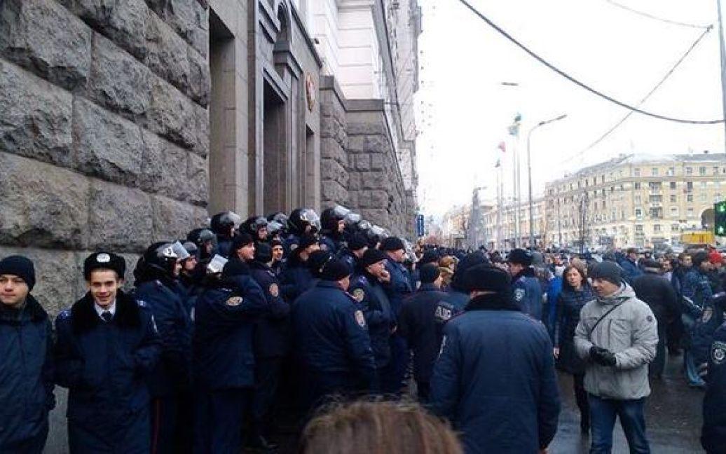 Активісти намагаються зайти до будівлі мерії / © instagram.com/masha_malinovskaya