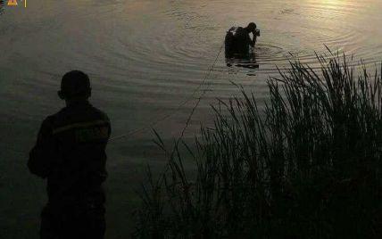 Выпил и пошел купаться: в Киеве спасатели достали из озера тело молодого человека